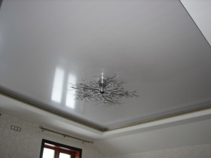 монтаж натяжного потолка в Тюмени глянцевого типа